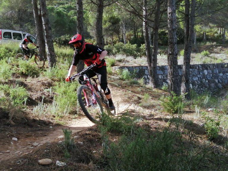 Ojen Enduro fast rider round corner